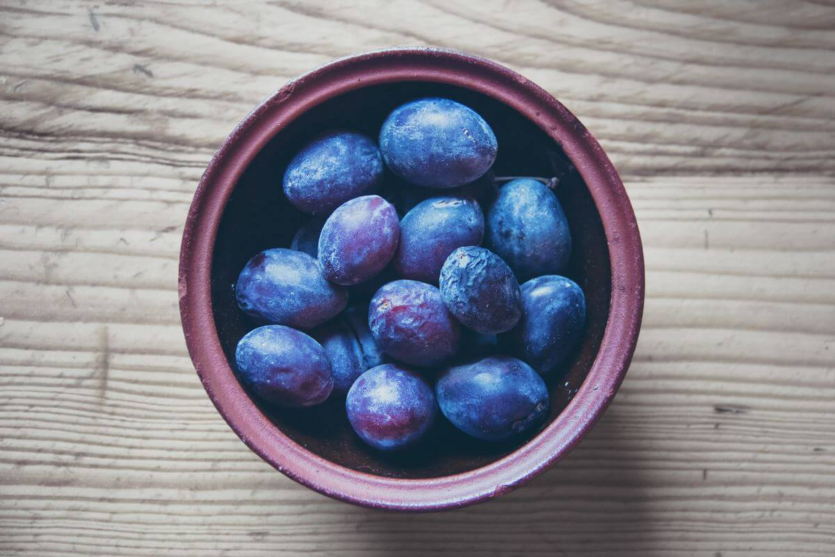 difference plums prunes